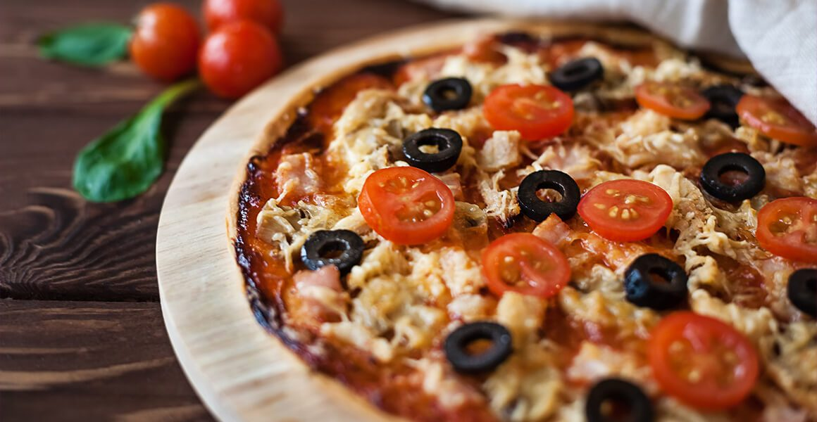 Pizza With Chicken, Tomatoes and Basil